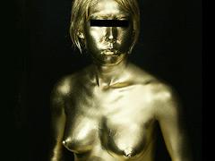 全身に金粉を塗る妊婦