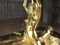 浜崎真緒の豪華な金箔姿