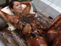 チョコ塗れの女と生ハメSEX