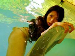 水に濡れた神秘的な女の動画