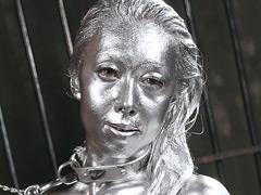 銀粉で塗り固められたボディの女と妖艶なセックスをする動画